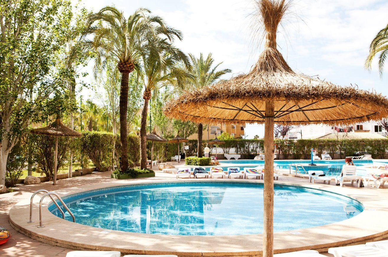 Pool and sunbeds-Sol de Alcudia